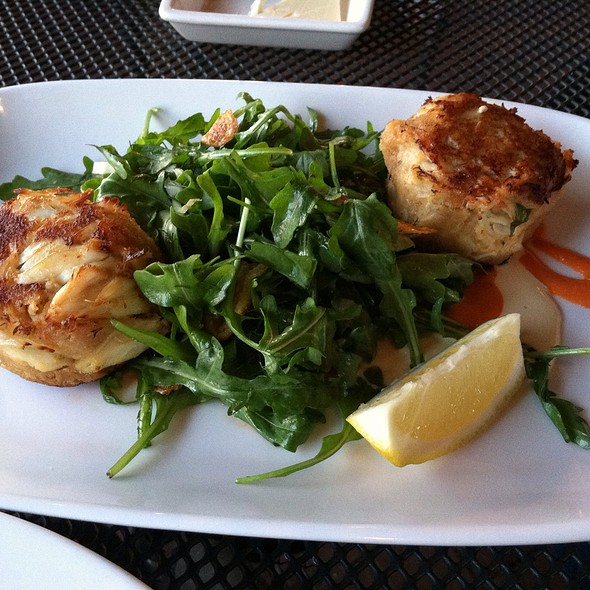 Crab cakes, arugula, fingerling chips, shaved fennel, roasted garlic aioli, spicy tomato fondue - Harry's Seafood Grill, Wilmington, DE