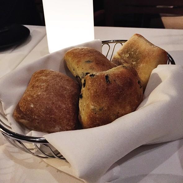 Bread Basket - Verses Restaurant, Montréal, QC