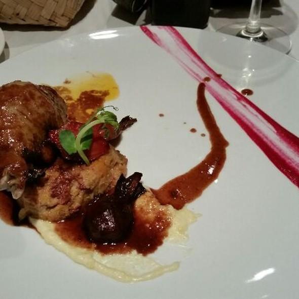 Pierna de pato rellena con foie gras, mollejas y quinoa; salsa de gondos, polenta blanca a la esencia de trufas y betabeles del huerto  - Cafe des Artistes - Puerto Vallarta, Puerto Vallarta, JAL