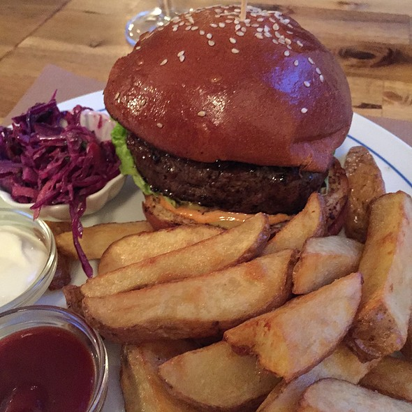 Cheeseburger with Fries - The BRONX BAR, Düsseldorf, NW