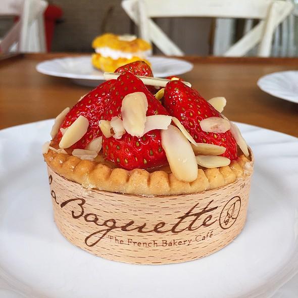 La Baguette Strawberry Cake