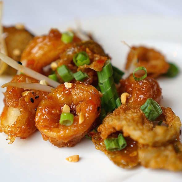 Shanghai-style fried calamari, sweet chili glaze, bean sprouts, cherry peppers, crushed peanuts, scallions - Del Frisco's Double Eagle Steak House - Chicago, Chicago, IL