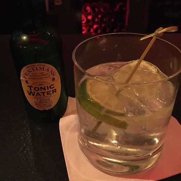 gin and tonic - Chez Delmo, Montréal, QC
